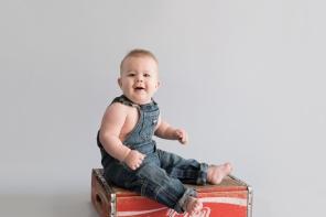 Sitter boy sitting on coke crate